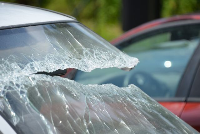 Свидетели: НаБольшеохтинском проспекте рекламный щит свалился наавтомобили