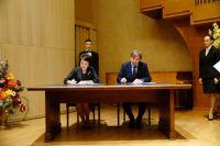 Подписи поставили директор департамента культуры Югры Надежда Казначеева  и исполнительный директор фонда «Жилище» Андрей Шаламов.