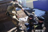 Эвакуацией занимаются спасатели, полицейские и сотрудники Росгвардии.