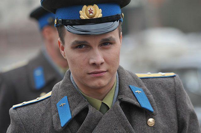 Исполнитель роли Юрия Гагарина Ярослав Жалнин на съемочной площадке.