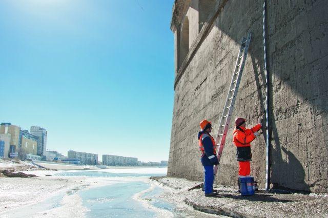 В процессе подготовки измеряется уровень воды в реке