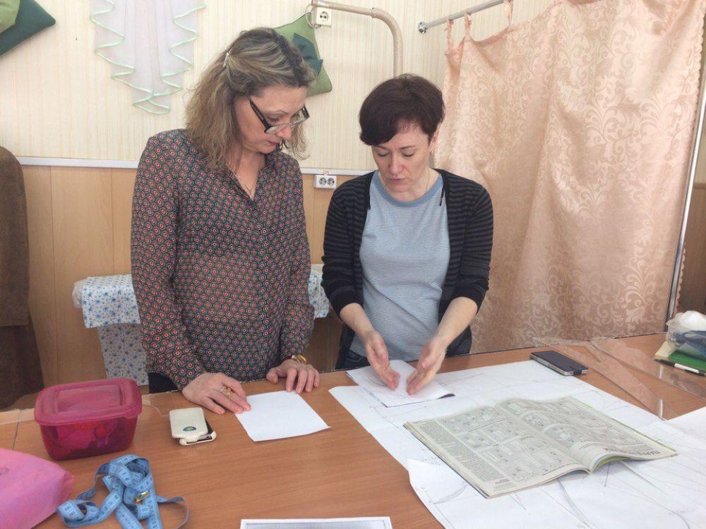 Преподаватель Наталья Олеговна Чернецкая объясняет и подсказывает, если что-то не так.