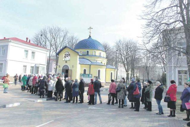 Сотни белгородцев ежедневно стоят в очереди, чтобы прикоснуться к чуду.