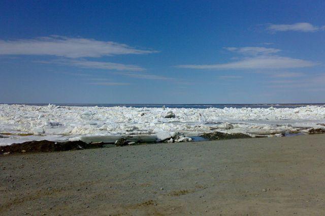 В Тобольске, на Иртыше, распилили ледовую переправу