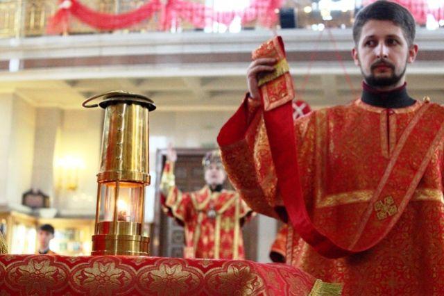 НаПасху врусские храмы Лондона впервый раз доставят Благодатный огонь