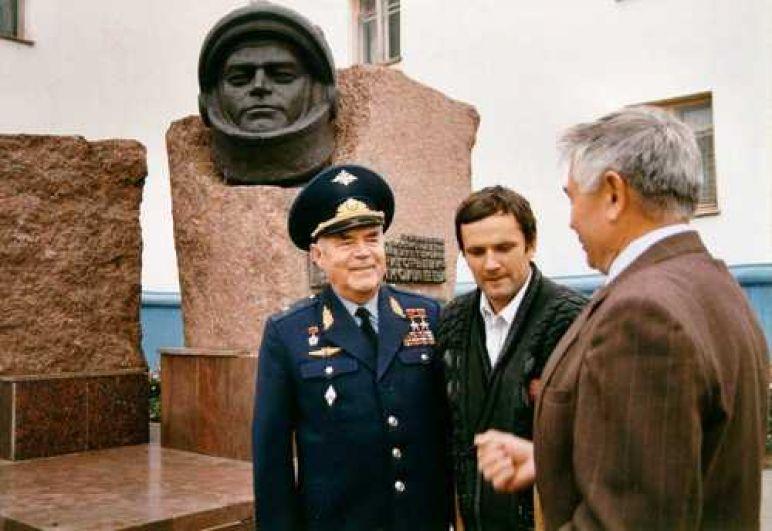 Памятник А. Николаеву в Чебоксарах