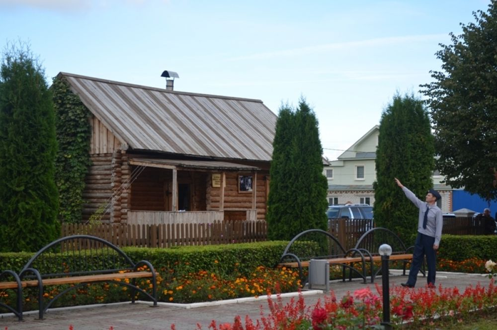 Родительский дом, который стоит у музея, сохранили родственники, перевезя его в другую деревню