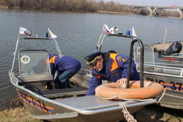 На смотре проверили исправность подвесных лодочных моторов, двигателей, ходовых огней, прожекторов.