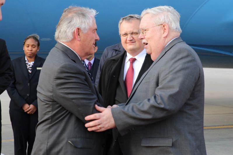 Государственный секретарь США Рекс Тиллерсон, прибывший с рабочим визитом в РФ, и посол США в России Джон Теффт в аэропорту «Внуково-2».