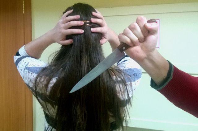 Мужчина с ножом напал на женщину и её приятелей.