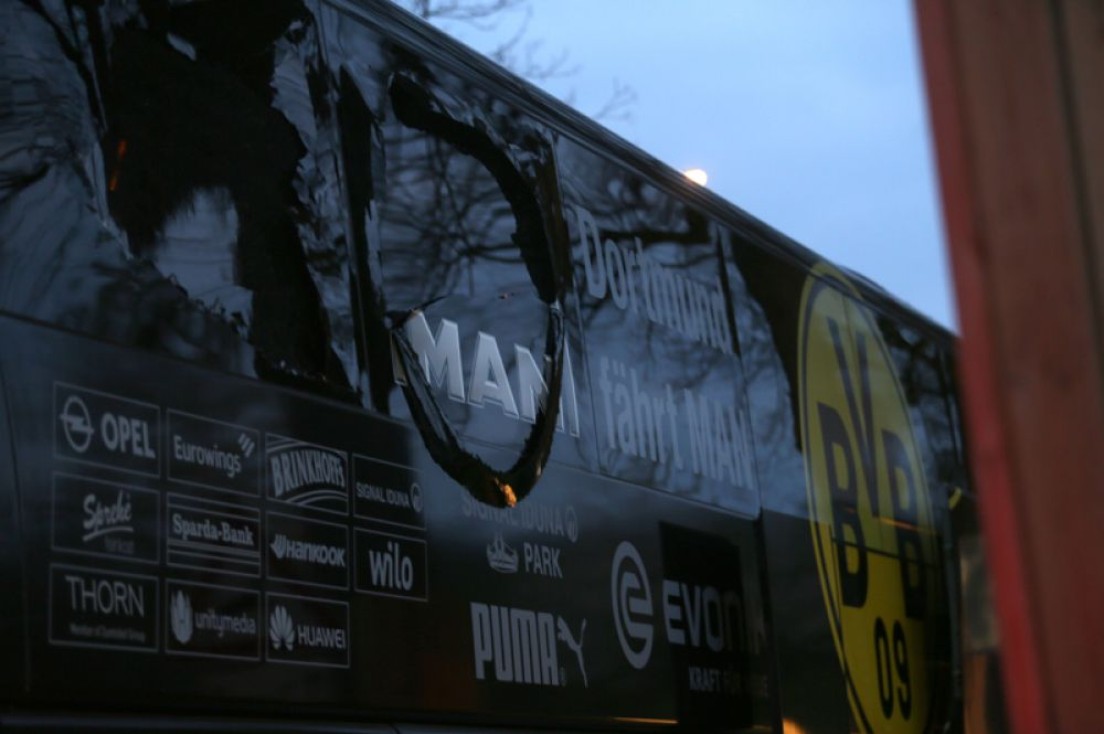 Взрывная волна выбила стёкла у автобуса с футболистами.