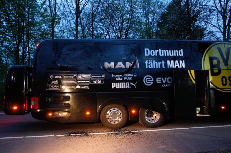 По словам полиции, взрывы произошли, когда автобус припарковался у обочины примерно в 10 километрах от стадиона.