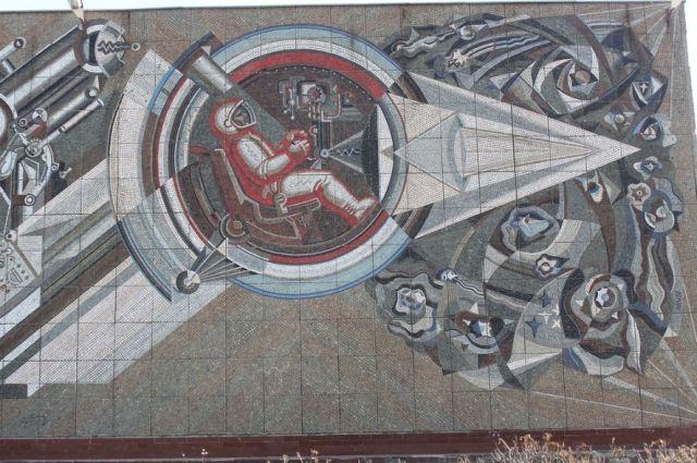 Панно «Покорение космоса» на одном из зданий в Челябинске.