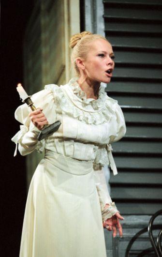 Елена Корикова в спектакле «Анфиса» в театре «Современник». 2003 год.