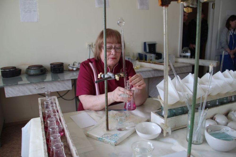 В биолаборатории. Лаборант проверяет содержание кальция.