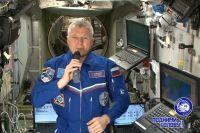 Астронавт обратился к Земле.