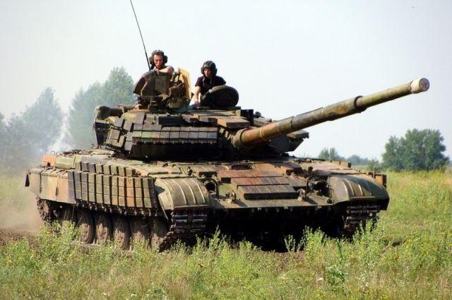 Петр Порошенко находится в месте расположении 17-й танковой бригады в Луганской области, в районе отведения войск