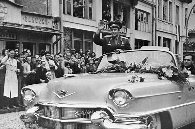 Космонавт Герман Титов приветствует жителей Габрова. 1962 г.