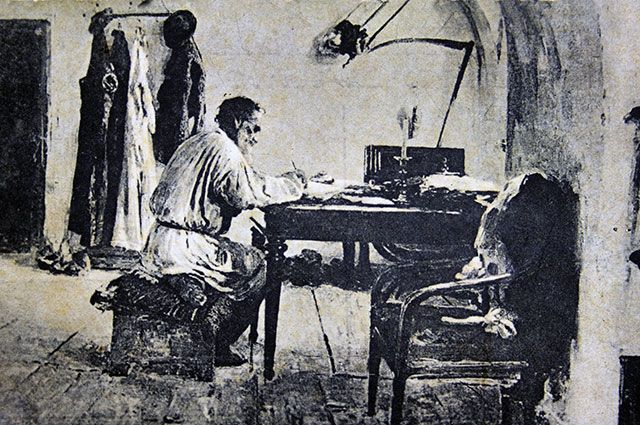 Лев Толстой за работой в Ясной поляне.