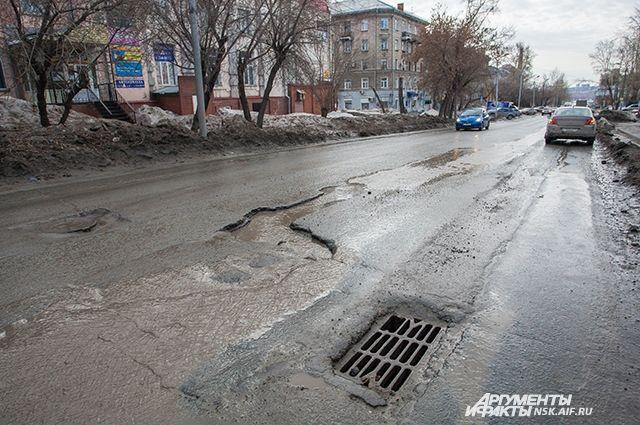 На многих дорогах асфальт просто раскрошился