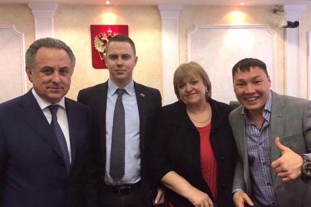 Руслан Проводников справа.