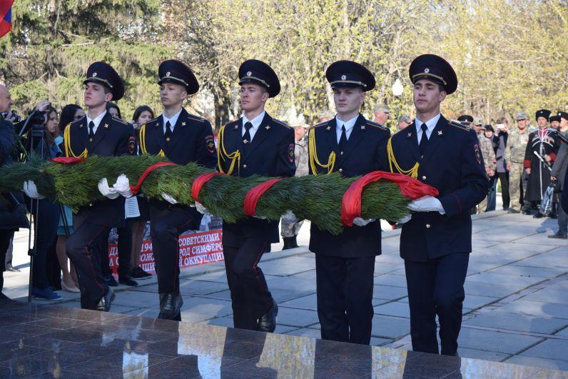 Возложение цветов к памятнику «Партизанам и подпольщикам Крыма»