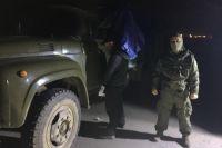 Сотрудники СБУ возле задержанного грузовика