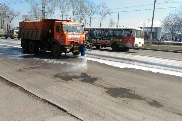 В Кемерове моют дороги по новой технологии.