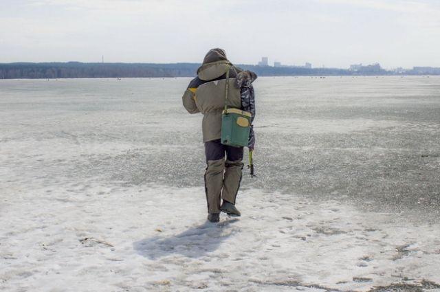 Челябинцы выходят на весенний лёд, игнорируя предупреждения спасателей.