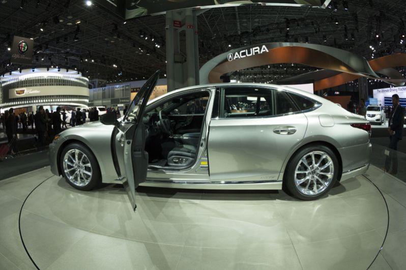 Lexus LS500.