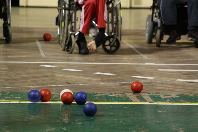 Игра в мяч доступна для детей-инвалидов с поражением опорно-двигательного аппарата.
