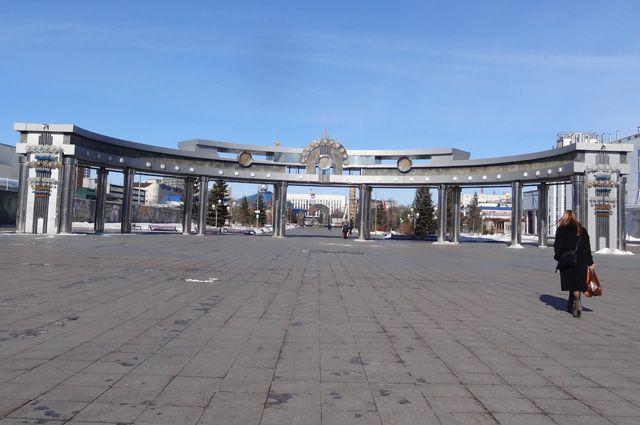 На Цветном бульваре в Тюмени установили зеркальный памятник полицейским