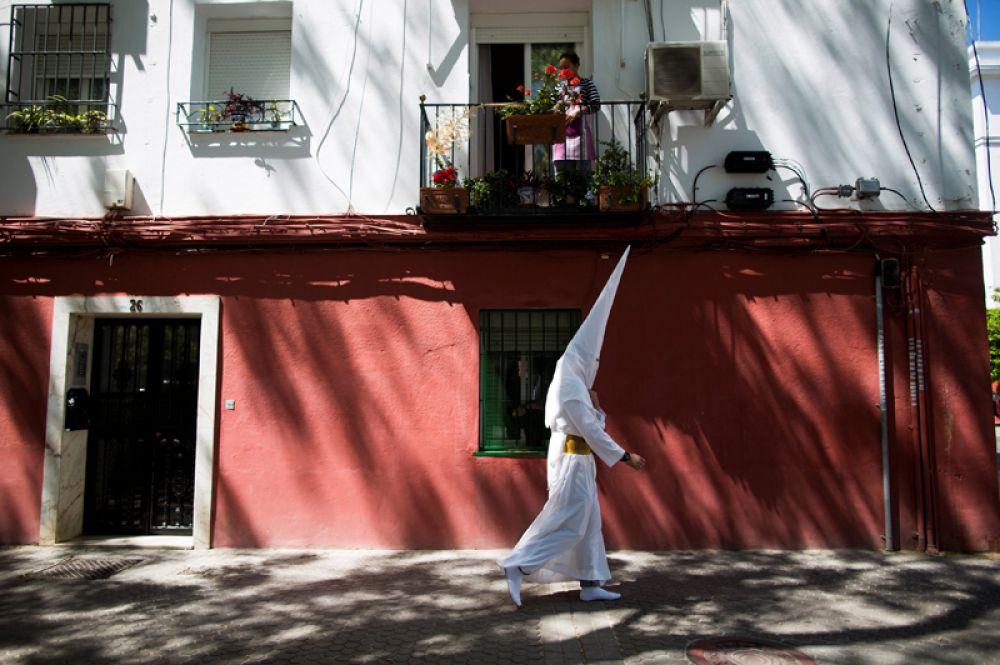 Участник процессии в честь Страстной недели в Севилье, Испания.