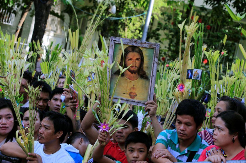 Воскресная месса в Вербное воскресенье в городе Паранакке, Филиппины.