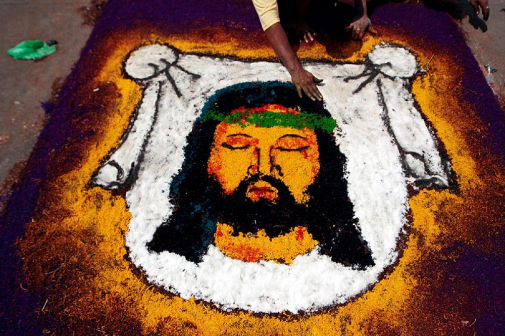 Традиционный портрет Иисуса Христа из опилок во время празднования Страстной недели в Леоне, Никарагуа.