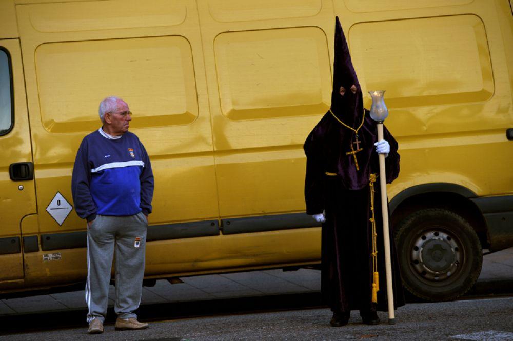 Участник праздничного шествия во время Страстной недели в Овьедо, Испания.
