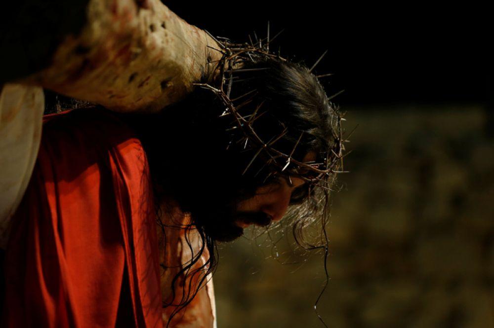 Актёр изображает Иисуса Христа во время театрализованного представления по время Страстной недели на территории дворца Вердала в городе Рабат, Мальта.