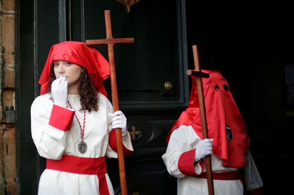 Шествие братства католиков в городе Сантьяго-де-Компостела на севере Испании.