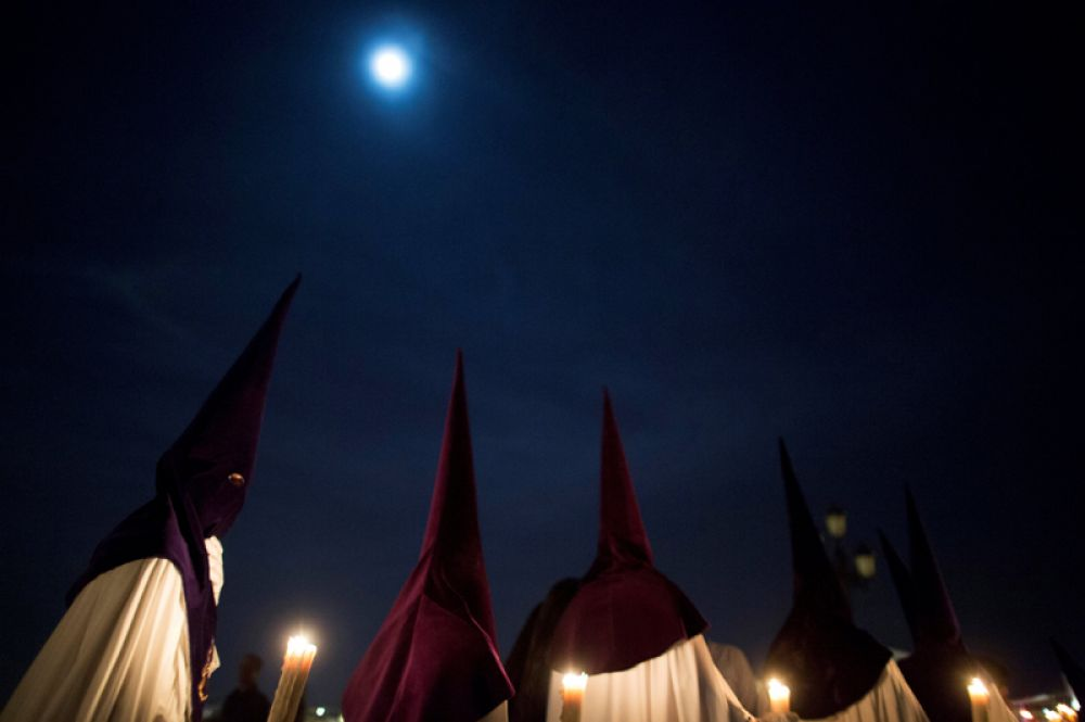 Члены братства «Ла Эстрелла» («Звезда») участвуют в праздничном шествии во время Страстной недели в Севилье, Испания.