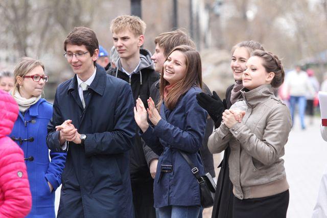 Молодые люди могут устроиться на свою первую работу.