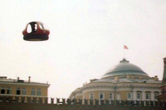 Над Кремлём алеет красный флаг, исчезнувший оттуда в 1991 году.