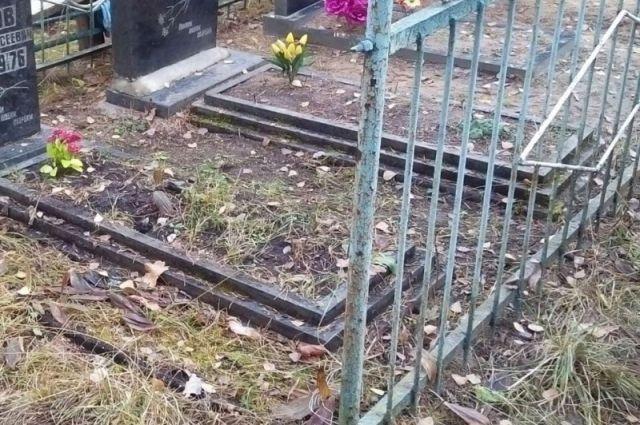 В Тюменском районе мужчина воровал ограждения с кладбищ
