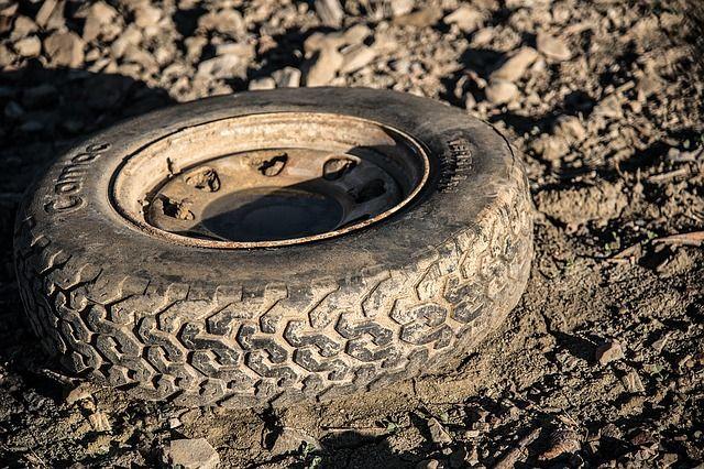 В глине застревают не только легковые, но и грузовые машины.