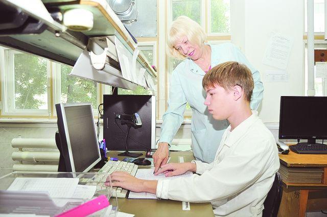 Дети не только работают, но и получают новые знания.