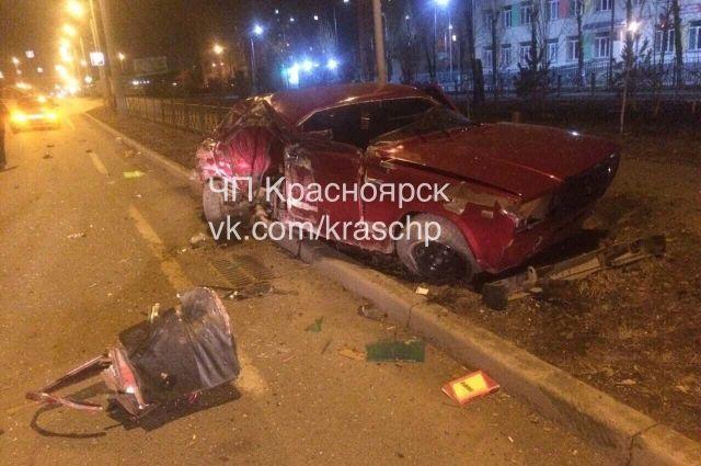 Не справившись с управлением, 21-летний водитель ВАЗа врезался в бетонное ограждение, а затем в столб.