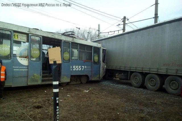 ВПерми трамвай протаранил фуру: есть пострадавшие