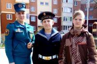 Калининградские школьники помогли пожарным потушить горящую траву