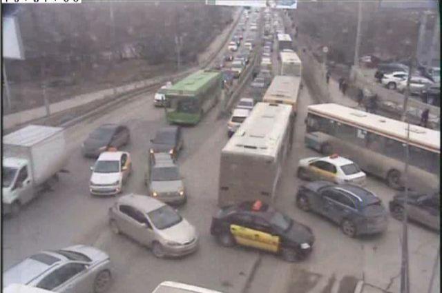 Три столкнувшихся машины почти полностью перекрыли дорогу в сторону рынка.