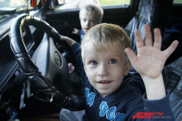 В центре Тюмени ребенок застрял в багажнике машины