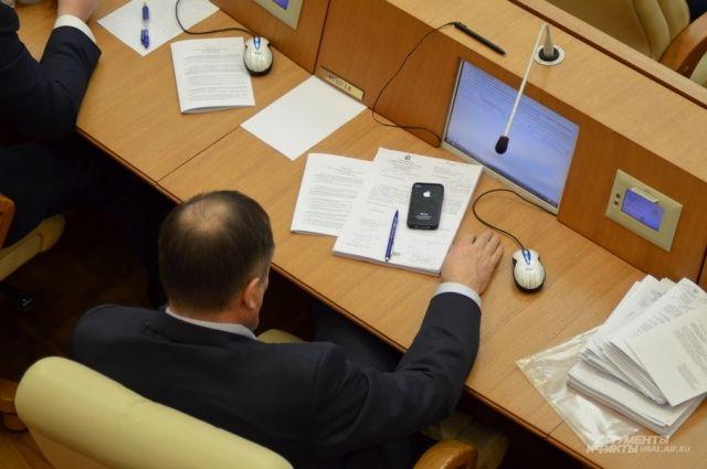 В Ныде двое депутатов расстались со своими мандатами раньше времени.